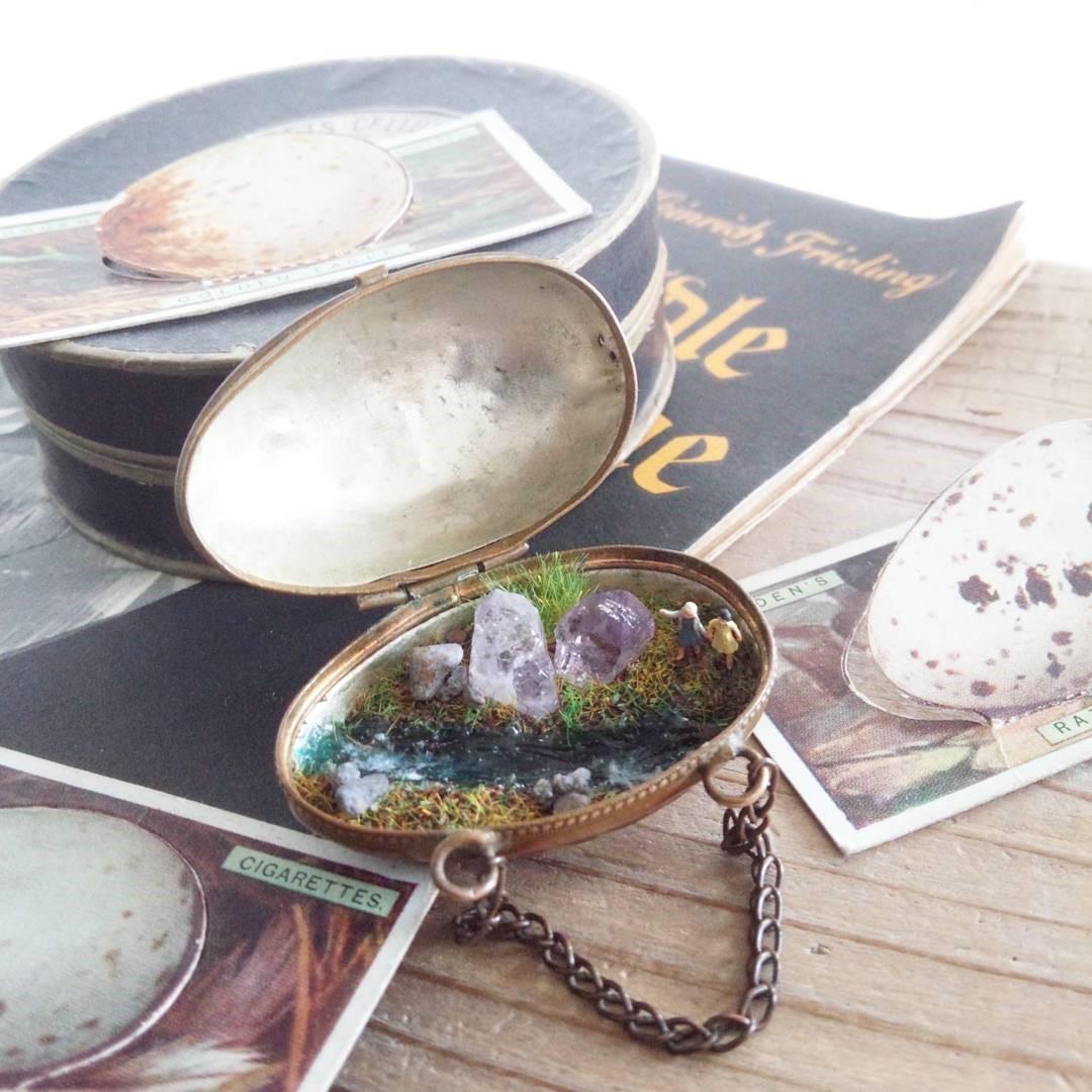 卵の中の鉱物ジオラマ